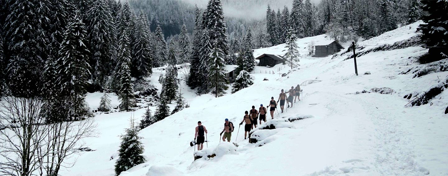 Hiking bare chested through the snow. No problem if you master the Wim Hof Method!